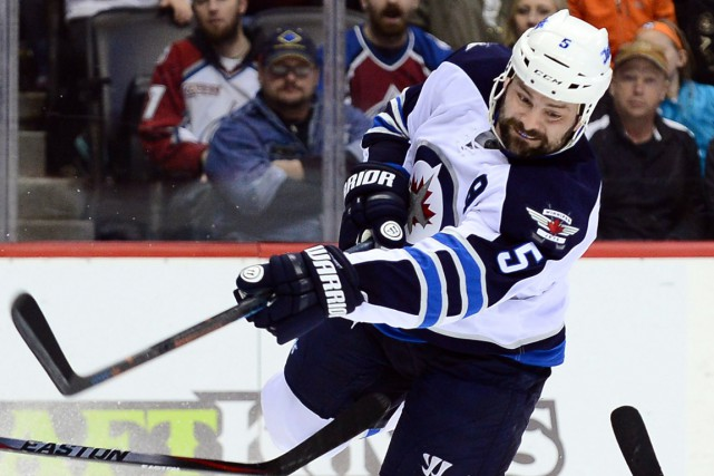 Le défenseur des Jets de Winnipeg Mark Stuart... (Photo Ron Chenoy, USA Today Sports)