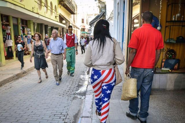 Une femme vêtue d'un legging à motifs de... (Agence France-Presse)