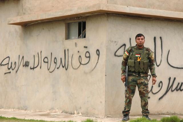 Un peshmerga (combattant kurde) monte la garde à... (PHOTO ARI JALAL, REUTERS)