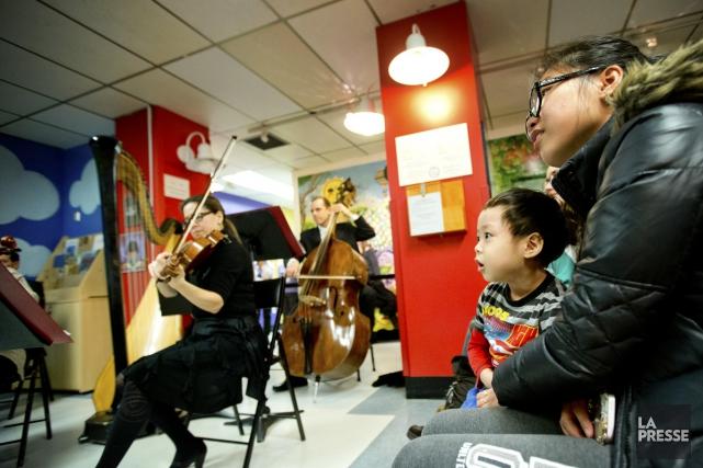 Des familles qui fréquentent l'Hôpital de Montréal pour enfants ont pu assister... (Photo: Marco Campanozzi, La Presse)