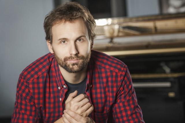 Émile Proulx-Cloutier incarne l'intense professeur de musique Samuel... (Photo: fournie par Radio-Canada)