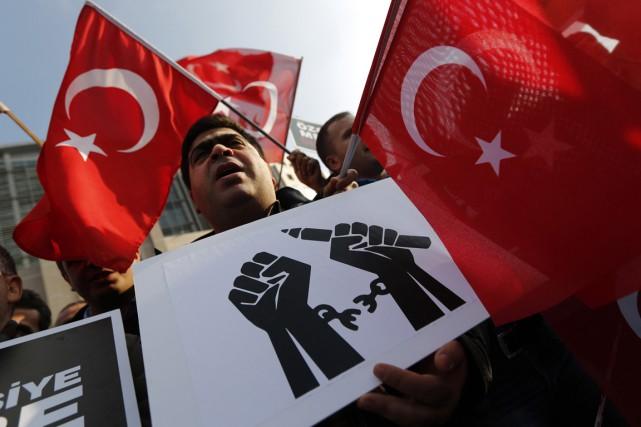 Des partisans dumouvement Gülen ont manifesté devant le... (PHOTO MURAD SEZER, REUTERS)