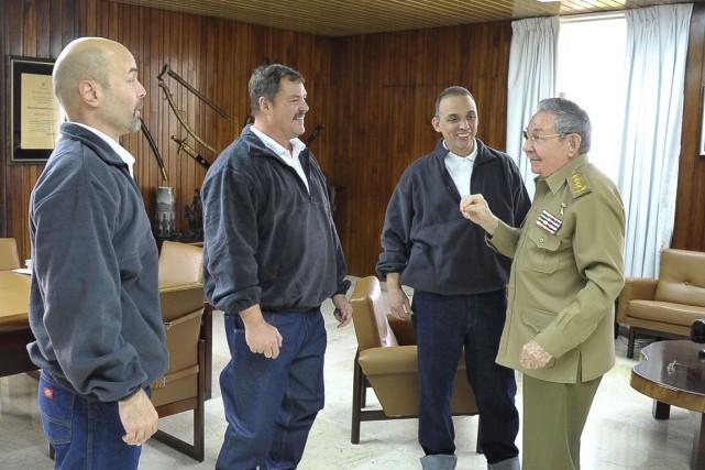 Raul Castro discute avec Gerardo Hernandez (à gauche),... (PHOTO REUTERS)