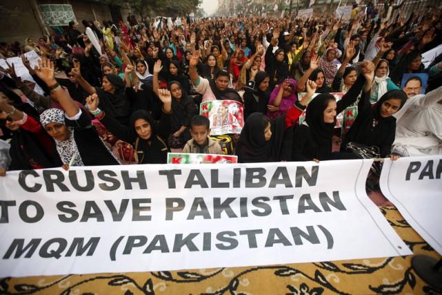 Des Pakistanais ont condamné l'attaque des talibans lors... (PHOTO ATHAR HUSSAIN, REUTERS)