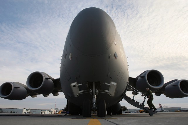 Un avion militaire gros porteur C-17... (PHOTO LARS HAGBERG, ARCHIVES LA PRESSE CANADIENNE)