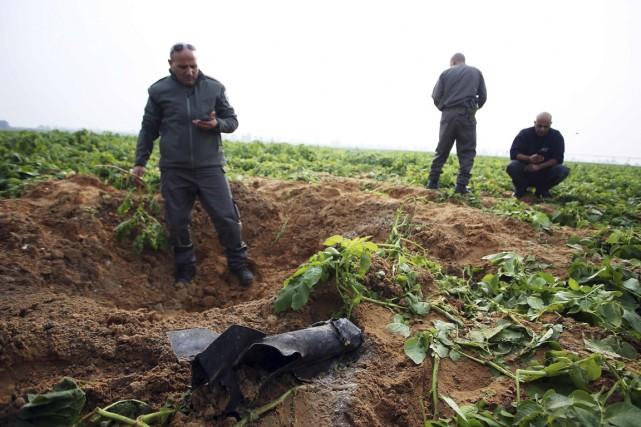 Les restes d'une roquette, dont le lancement a... (Photo Reuters)