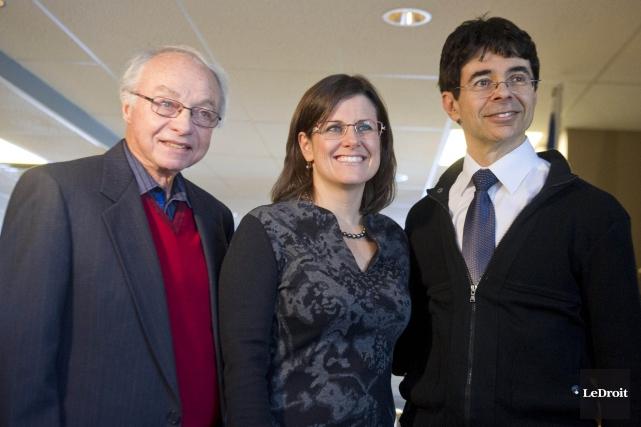 Stéphanie Vallée, entourée de Paul Surprenant, président du... (Martin Roy, LeDroit)
