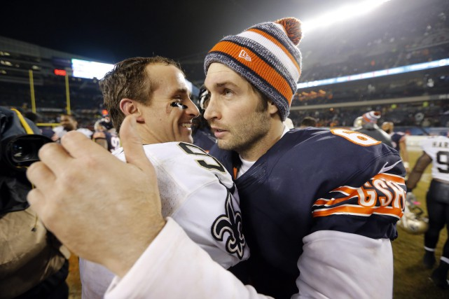Jay Cutler salue Drew Brees après la défaite... (Photo Charles Rex Arbogast, AP)