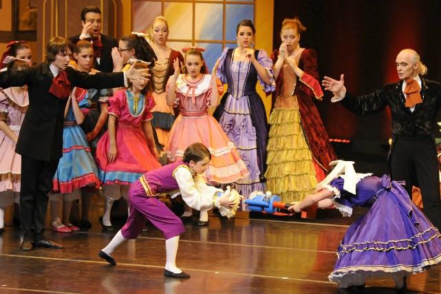 Avec des dizaines de danseurs et comédiens sur... ((Photo Gimmy Desbiens))