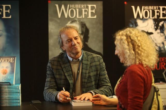 Tout va bien pour Hubert Wolfe (Michel Côté), auteur d'une série policière à... (COURTOISIE)