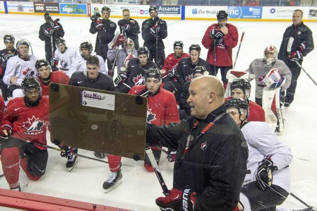 L'entraîneur de l'équipe canadienne Benoit Groulx fait un... (Photo Frank Gunn, La Presse Canadienne)