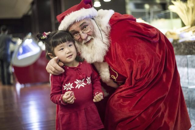 Le vrai Père Noël a été aperçu vendredi... (Agence France-Presse)
