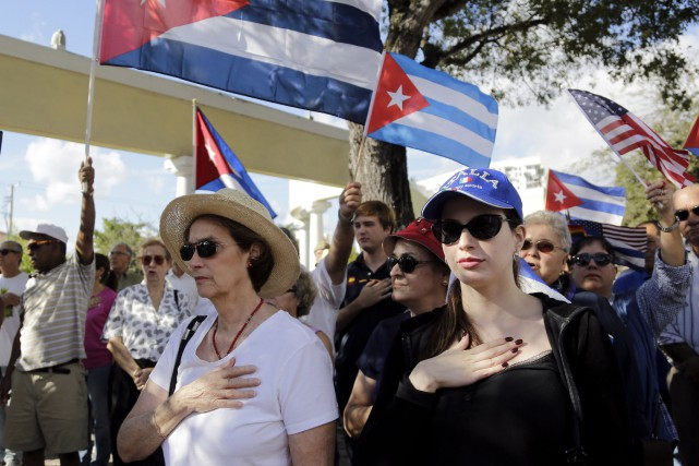 Les contestataires, qui brandissaient des drapeaux de Cuba... (Associated Press)