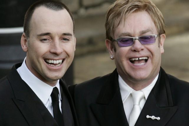 Elton John (à droite) et son compagnon de... (PHOTO ARCHIVES AP)
