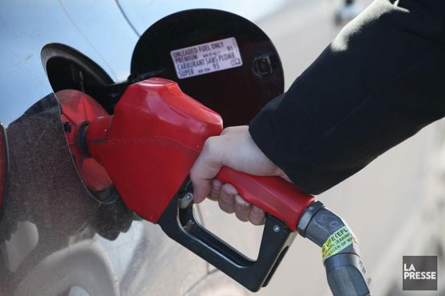 Au cours des derniers jours, le prix de l'essence au litre a franchi à la... (PHOTO ARCHIVES LA PRESSE)