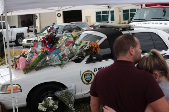 Des fleurs ont été déposées sur une voiture... (PHOTO MONICA HERNDON, AP/TAMPA BAY TIMES)