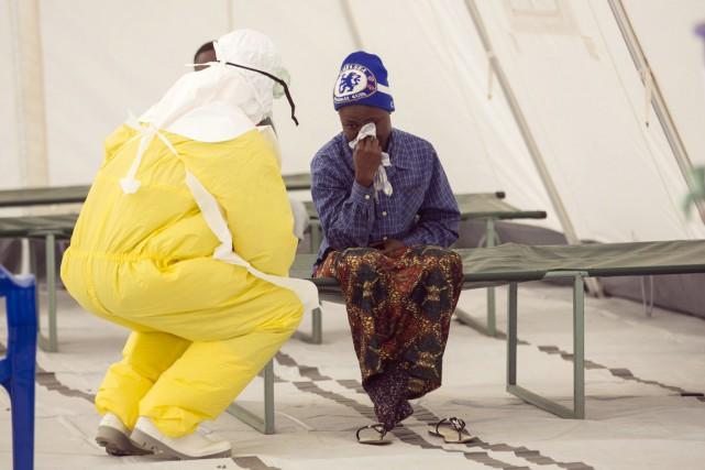 Un infirmier assiste une patiente nouvellement admise dans... (PHOTO BAZ RATNER, REUTERS)