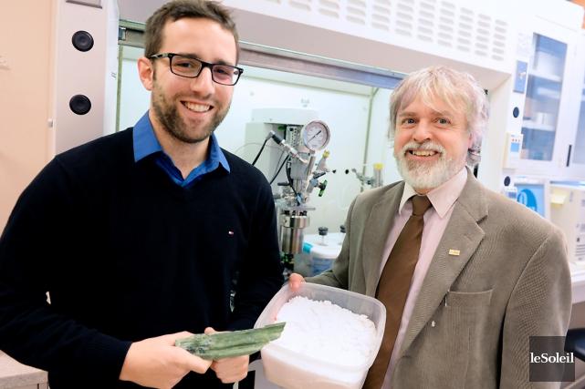 Le chercheur Guy Mercier (à droite), avec l'aide... (Photothèque Le Soleil, Erick Labbé)