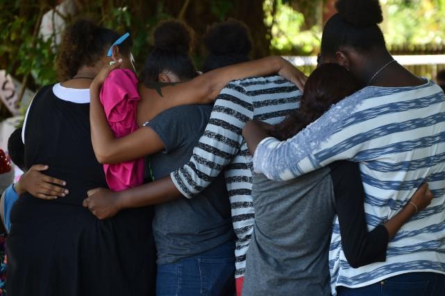 Des gens se recueillent près de l'endroit où... (Photo PETER PARKS, AFP)