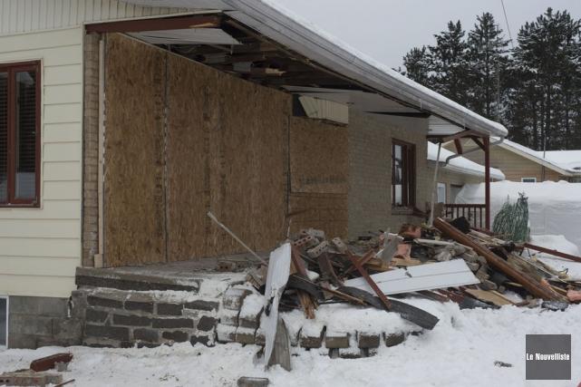 Une voiture a défoncé une maison de Saint-Alexis-des-Monts,... (Photo: Stéphane Lessard, Le Nouvelliste)