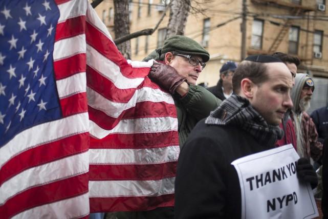 Des manifestants ont démontré leur soutien aux policiers... (PHOTO ADREES LATIF, REUTERS)