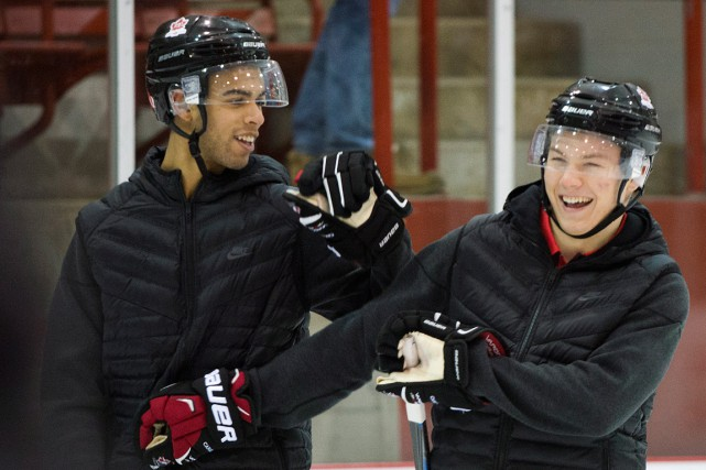 Darnell Nurse s'amuse avec Curtis Lazar, lors d'un... (PHOTO: GRAHAM HUGHES, LA PRESSE CANADIENNE)