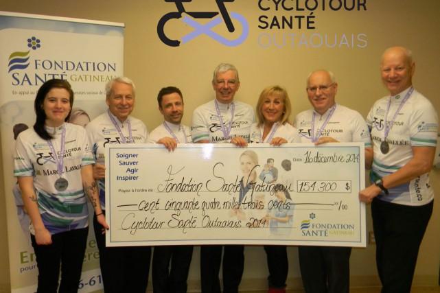 Le Cyclotour Santé Outaouais a remis à la Fondation Santé Gatineau un grand... (Courtoisie)