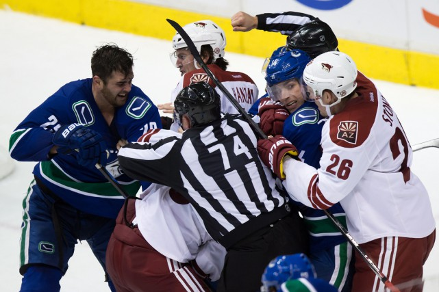 Mêlée sur la glace alors que les Canucks... (PHOTO: LA PRESSE CANADIENNE)