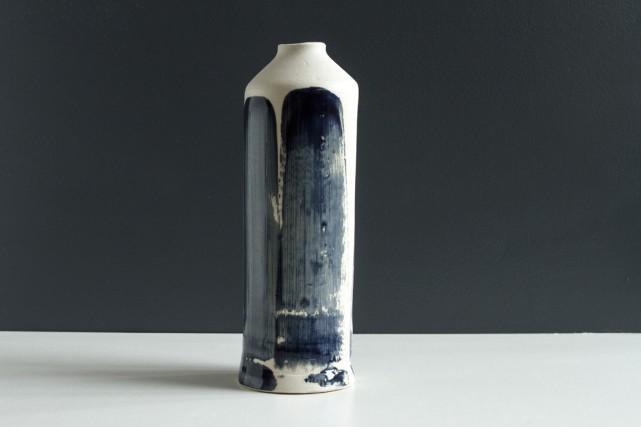 Fabriqué à la main, chaque vase en grès... (PHOTO: EMMANUEL PLOUGOULM, FOURNIE PAR PASCALE GIRARDIN)