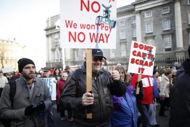 Des milliers de manifestants ont marché à Dublin,... (Photo Peter Morrison, Archives AP)