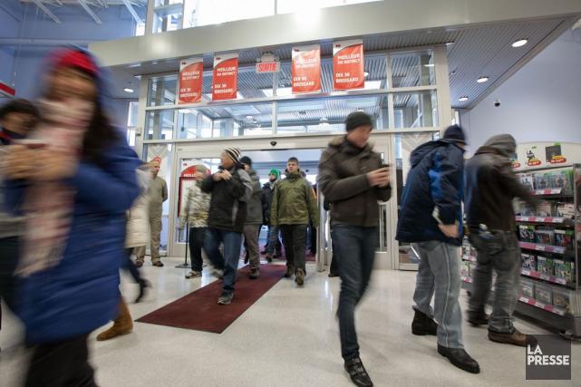 Les magasins qui ouvriront leurs portes vendredi feront... (Photo Hugo-Sebastien Aubert, Archives La Presse)
