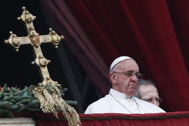 Le pape François depuis le balcon du Vatican... (PHOTO ALESSANDRO BIANCHI, ARCHIVES REUTERS)