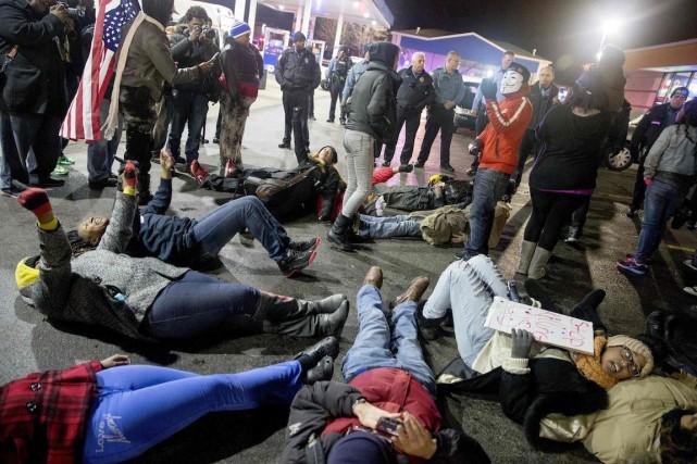 Des manifestants ont organisémercredi soir un «die-in» -... (Photo Aaron P Bernstein, REUTERS)