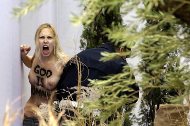 La femen a été poursuivie par un gendarme... (Photo AFP)