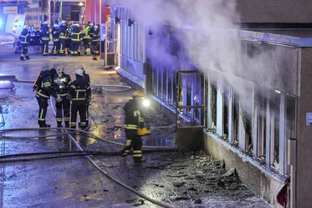 Un incendie causé par un engin jeté de l'extérieur dans une mosquée du centre... (Photo Reuters)
