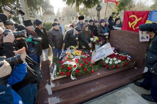Quelques Roumains qui se sont réunis à sa... (Photo Vadim Ghirda, AP)