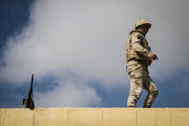 Un soldat égyptien monte la garde dans lapéninsule... (Archives AFP)