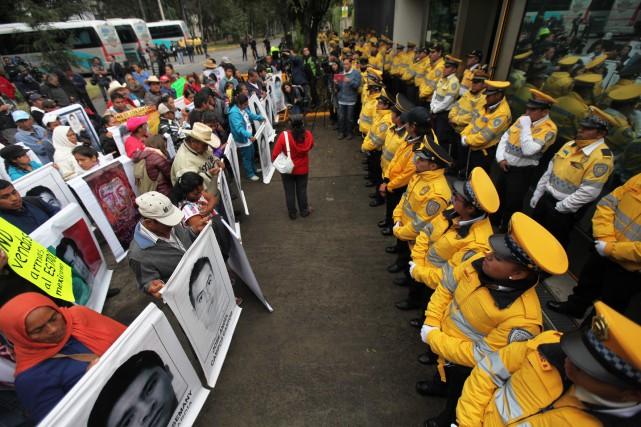 Une centaine de manifestants se sont réunis jeudi... (Photo Marco Ugarte, AP)