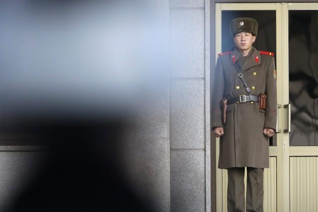 Un soldat nord-coréen monte la garde à la... (Photo archives AP)