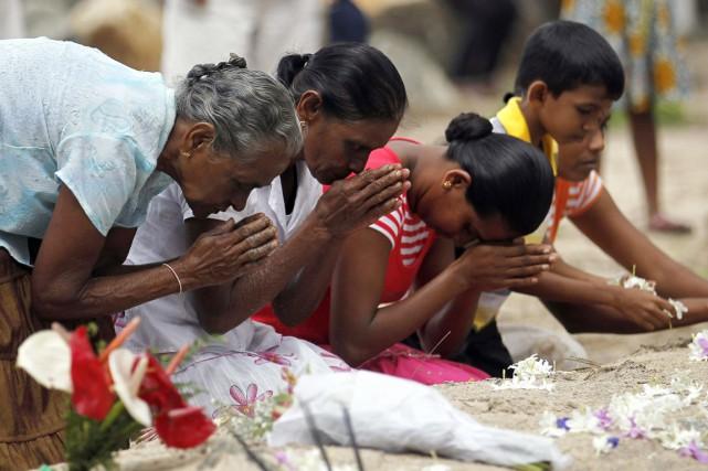 Des proches d'une victime du tsunami ont prié... (PHOTO DINUKA LIYANAWATTE, REUTERS)