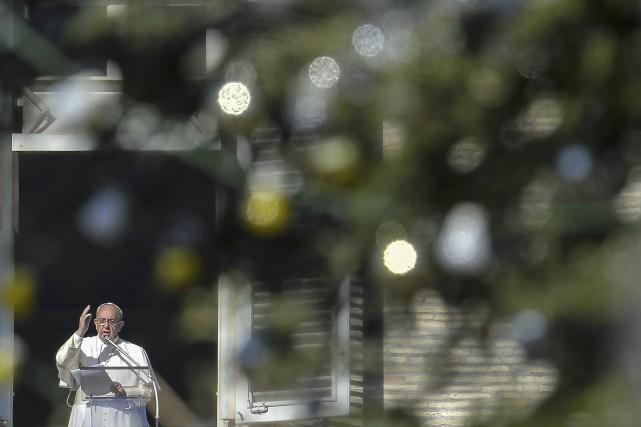 S'exprimant depuis la fenêtre du palais apostolique, jouxtant... (AFP)
