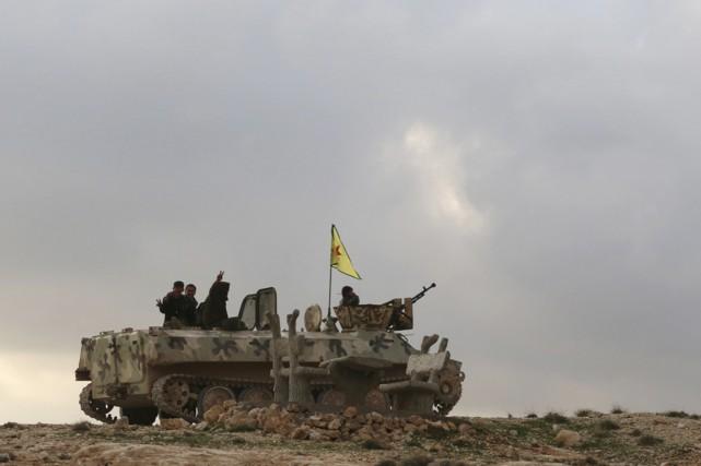 Des soldats kurdes sur le mont Sinjar, le... (PHOTO REUTERS)