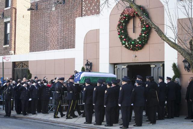 Le cercueil du policier Rafael Ramos entre dans... (Photo John Minchillo, AP)