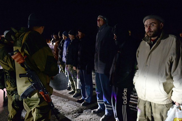 Des soldats ukrainiens surveillent des rebelles prorusses lors... (PHOTO VASILY MAXIMOV, AFP)
