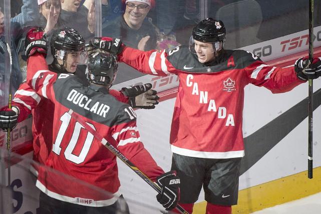 Robby Fabbri (au centre) festoie en compagnie de... (Photo Graham Hughes, La Presse Canadienne)