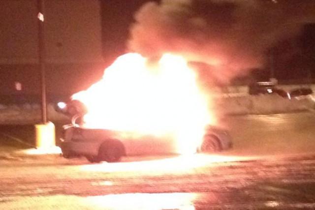 Un feu spectaculaire s'est déclenché le 23 décembre dernier lorsqu'une voiture... (Photo tirée de Facebook)