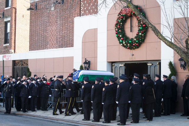 Le cercueil du policier Rafael Ramosà son arrivée... (Photo AP, John Minchillo)