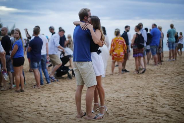 Un couple s'étreint lors d'une cérémonie rendant hommage... (PHOTO WONG MAYE-E, AP)