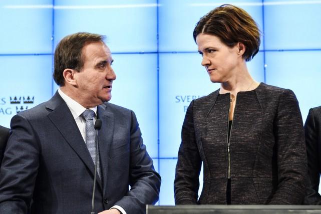 Le premier ministre social-démocrate Stefan Löfven etla représentante... (PHOTO HENRIK MONTGOMERY, AP)