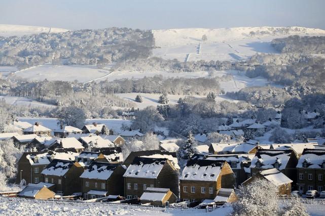 La neige recouvre les toits des maisons deBuxton,... (PHOTO LYNNE CAMERON, AP)